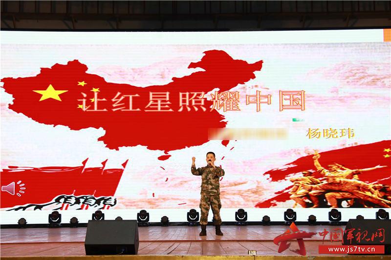 5、官兵登台分享红色经典书籍