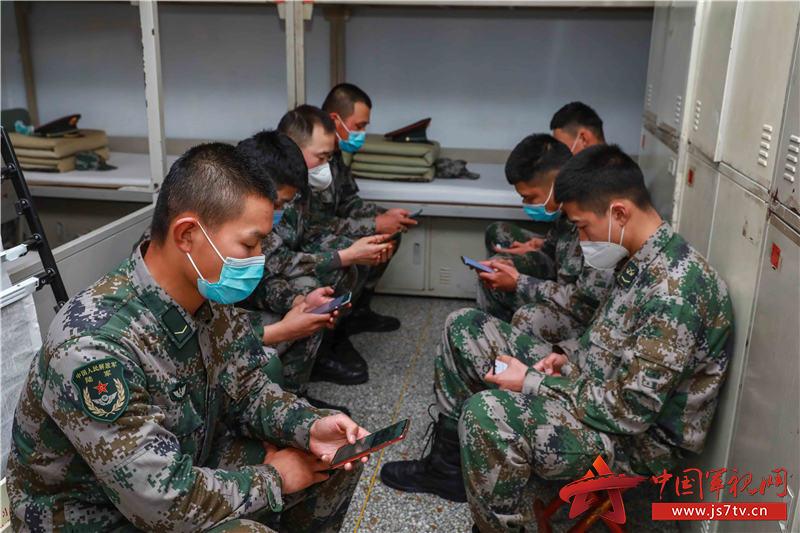 8、课后,官兵利用手机进行军职在线APP学习