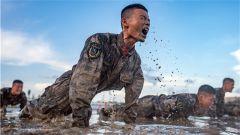 武警新疆总队:泥潭摔擒 磨砺军人血性虎气