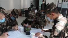 武警新疆总队机动某支队:挽袖献血 诠释战友情深