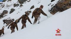【第一军视】大雪封山 女兵翻山越岭维修通信设备