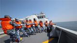 4月上旬,北部战区海军某护卫舰支队舰艇编队按照全员额、全要素快速机动、隐蔽航行至黄海某海域,开展为期数天的跨昼夜实战化演练,黄海海域炮声隆隆,硝烟弥漫。一路航行,一路对抗。他们紧贴实战要求,通过构设复杂电磁环境、强化临机导调处置、多设难局险局危局,突出专攻精练等方式,让官兵在险情中磨练,在实战中淬火。先后围绕舰艇编队航行、主炮对海射击、综合补给、舰艇拖带等内容进行多科目海上训练,有效提升舰艇在复杂战场态势下的实战化水平。