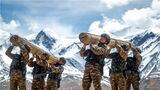 近日,武警青海总队执勤支队严格按照新大纲要求,以使命任务为牵引,结合高原地理环境和训练条件,组织特战分队在昆仑山下开展实战化训练。