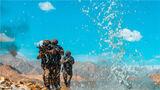 特战队员正在进行河滩追击训练