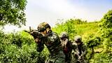"""丛林搜索、核生化救援、火龙出巢、单兵火箭射击……近日,武警某部紧贴任务练精兵,聚焦实战为打赢,夯实练兵打仗思想根基,从难从严大抓实战化训练,锻造敢打必胜精兵劲旅,为忠实履行""""两个维护""""使命任务提供坚实能力支撑。图为丛林搜索练本能"""