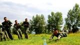《快乐游戏》——训练间隙,官兵开展团队协作游戏