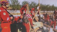 武警某部开展抢险救援演练 遥控操作挖掘机抢通道路