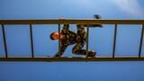 400米障碍训练中,官兵快速通过云梯