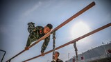 器械训练中,班长为战友示范高难动作