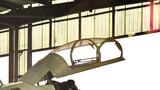 地勤官兵精心维护战机。摄影:高远