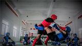 两名搏击教员示范搏击摔法