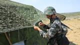 """为全方位锤炼和摔打部队作战保障能力,新疆阿勒泰军分区某边防团积极探索战术训练方法,紧盯险难科目,组织全流程、全要素野外强化训练。下面让我们来看看这些""""保障尖兵""""的一天!图为搭设帐篷。"""