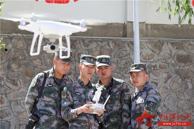 培训人员学习无人机操作