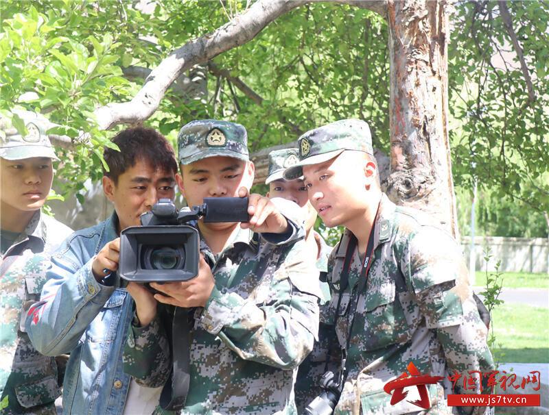电视台记者对学员进行摄影入门现场教学