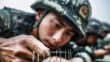"""""""勇于挑战、勇争第一、勇猛顽强、勇士决胜"""",这是武警上海总队机动一支队特战官兵在训练场上叫响的口号。近日,该支队特战队员们重整行囊再赴沙场,依托野外驻训契机开展了一场综合极限训练。图为穿针引线训练"""