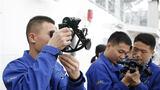 水手进行航海六分仪操作培训。