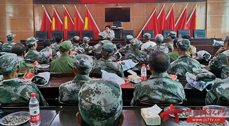 图为  县委副书记杨茂凯给老兵们上党课现场
