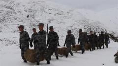 大雪封山 边防官兵为护边群众解难题