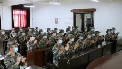 解放军和武警部队官兵收听收看大会盛况