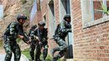 特战队员进行房屋反劫持训练