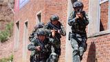 特战队员进行小组协同追捕训练