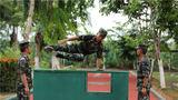 近日,武警云南总队西双版纳支队组织近百名特战队员奔赴陌生地域开展超极限训练,全面锤炼他们的体能、技能、心理素质,磨砺他们顽强不屈的战斗意志,进一步提升部队的实战化军事训练水平。图为特战队员正在进行障碍训练。