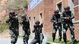 特战队员进行武装抓捕训练