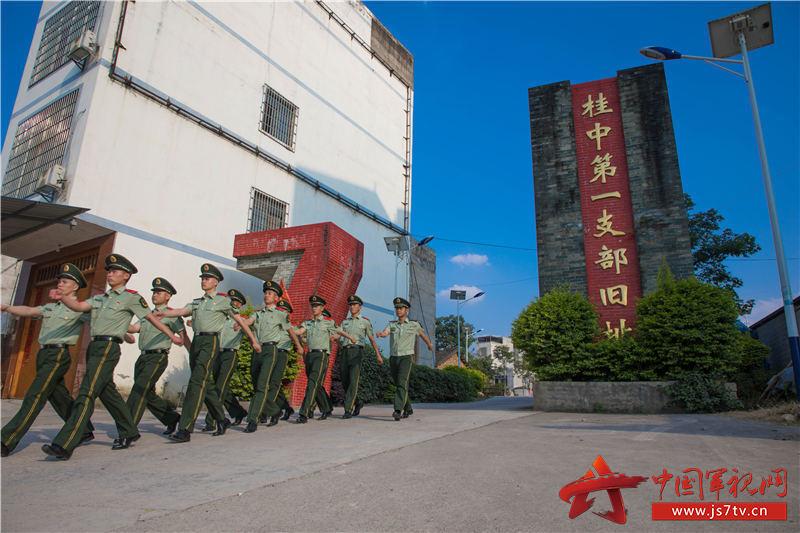 1、图为官兵们走进教育基地。