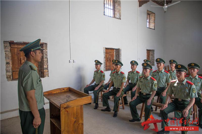 7、图为官兵们现地开展教育。
