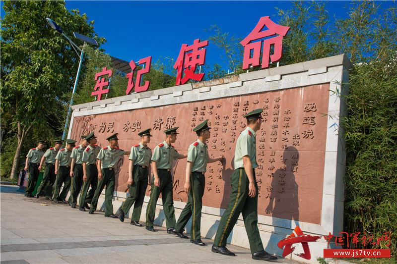 10、图为官兵们参观红色文化广场。