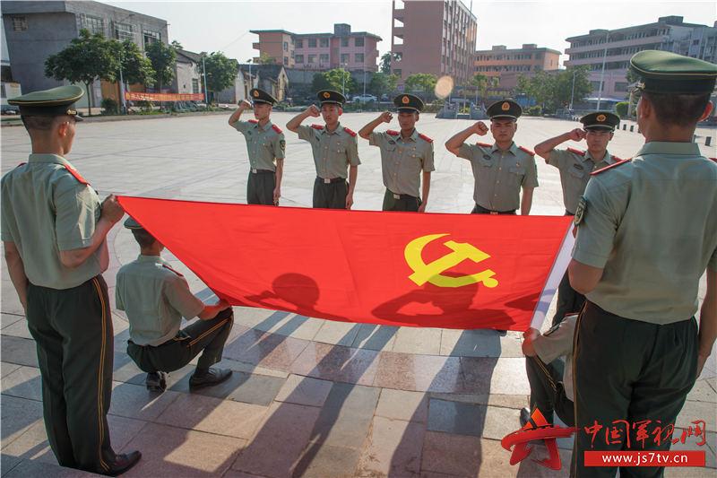 11、图为官兵们面向党旗宣誓。