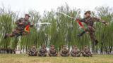 当兵不习武,不算尽义务,武艺练不精,不算合格兵。近日,陆军第76集团军某旅积极组织官兵开展练兵比武活动 ,进一步锤炼基层官兵的体能素质和军事技能,树立精武强能、练兵备战的鲜明导向,磨砺他们敢打必胜的血性虎气,切实提升部队战斗力。  