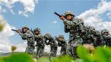 """A战斗小组立即向东南方向5公里处围剿'敌人',B组从右翼地毯式搜索前进,发现'敌人'立即实施打击。""这是近日陆军第75集团军某合成旅在野外驻训期间开展实战化训练的一个缩影。为进一步提升官兵在复杂环境和高温条件下的综合作战能力,该旅积极组织官兵开展强化训练,从严、从难、从实战摔打磨砺部队,全面提升部队实战能力。"