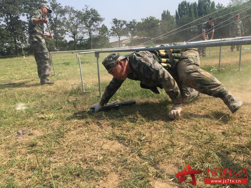 1.王宝石参加民兵战术训练