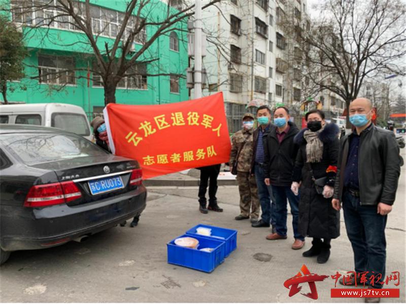 3.唐睿(着军装者)组织退役老兵服务队开展服务
