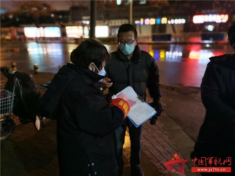 5.刘静(左一)参加夜间疫情巡查
