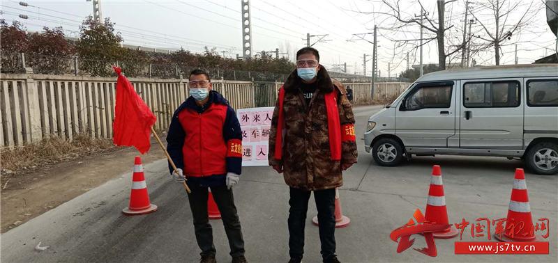 6.郭升公(右)参加疫情防控