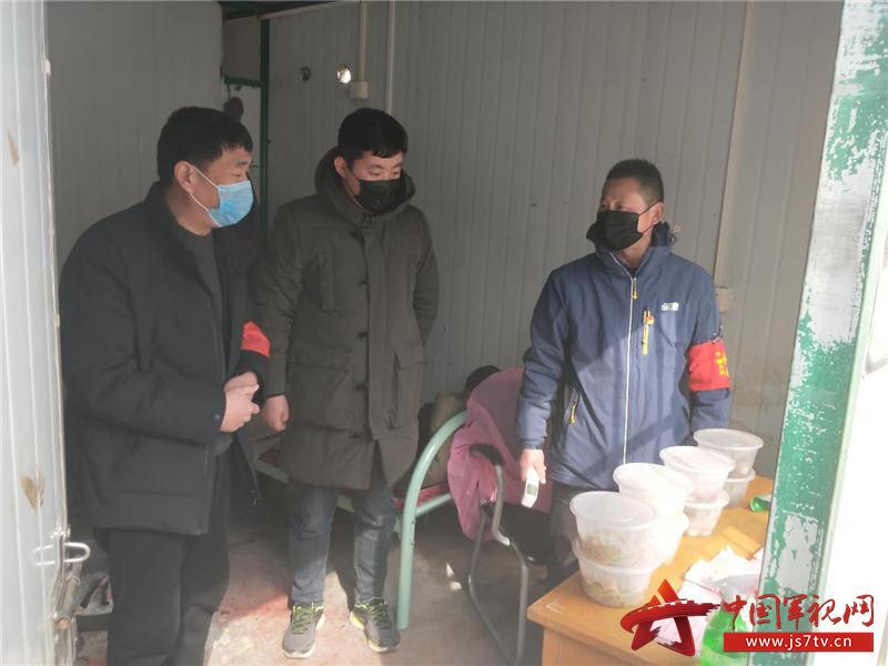 7.金东升(左一)为疫情防控人员送盒饭