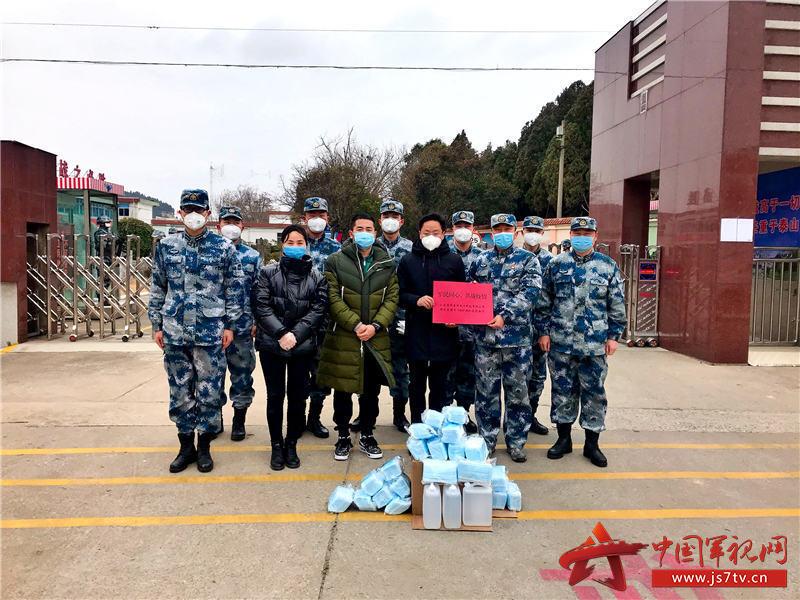 8.邓宪科为驻地部队送上防护物资