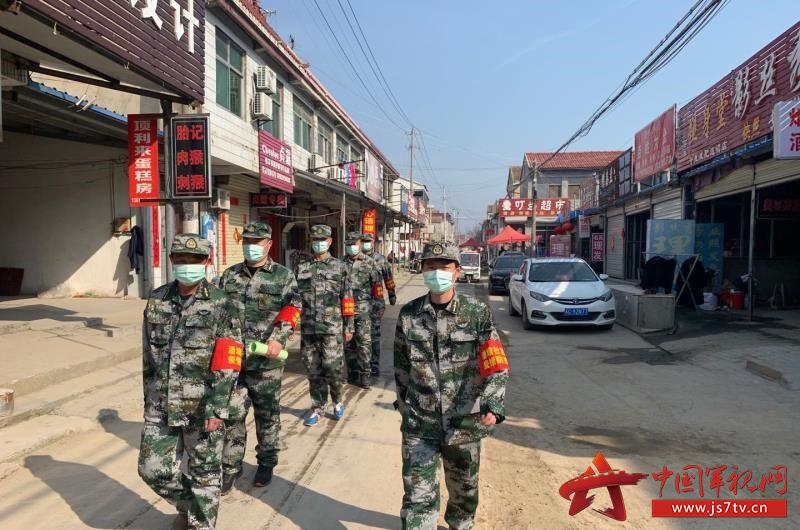 10.潘登(右)带领退役军人参加疫情防控