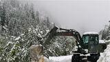 救援官兵清理雪崩堆积物