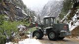 救援机械正在清理山体塌方