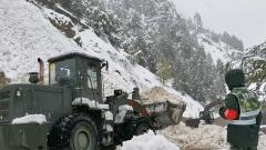 武警官兵全力抢通国道318线塌方路段