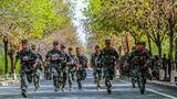 近日,新疆军区某师举办创破纪录比武竞赛,近500名训练尖子同台竞技,展开激烈角逐。图为参赛官兵正在进行3000米跑比赛。