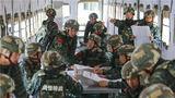 武警兰州支队特战中队官兵训练间隙通过报纸学习两会精神