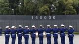 消防救援人员正在向140000革命先烈敬礼。