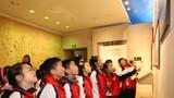 中小学生正在接受革命传统教育。