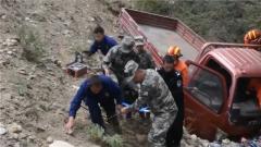 四川理塘:駐訓官兵緊急救援車禍受傷司機