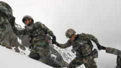 """【第一军视】巴尼拉开山啦!跟着边防战士去""""生命禁区的禁区""""巡逻"""