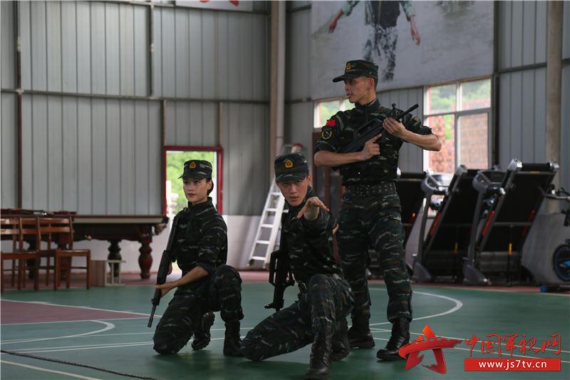 文艺轻骑小分队正在表演开场舞《战斗宣言》